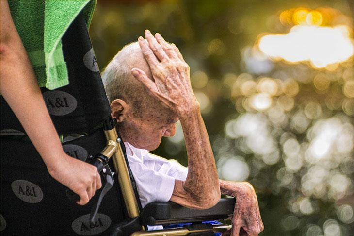 elderly under rehabilitation therapy
